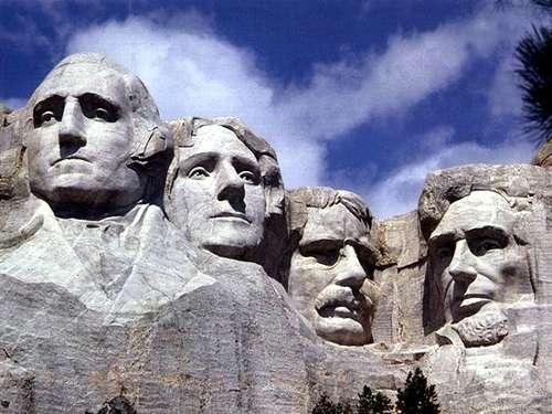 Cuatro caras gigantescas miran al horizonte desde la ladera de una ...